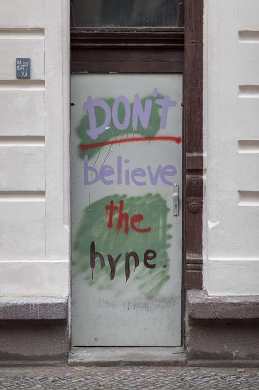 Türbeschriftung an einem Haus in der Lützner Strasse in Leipzig.