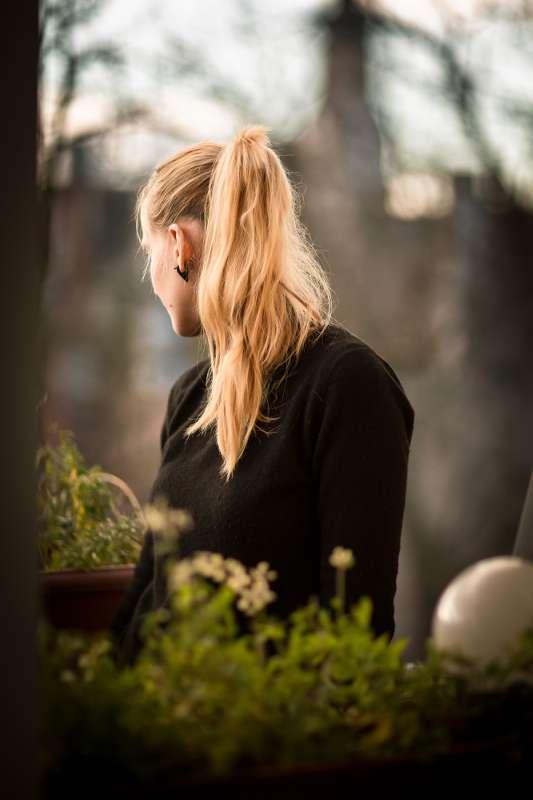 Caro auf dem Balkon ihrer Wohnung in Leipzig Lindenau.