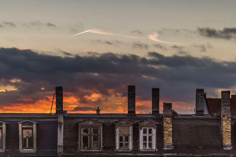 Abendhimmel über den Dächern von Leipzig Lindenau.