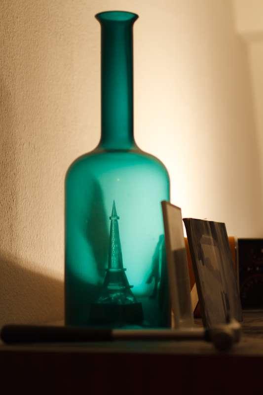 Eine optische Täuschung lässt den Miniatur-Eifelturm in einer Flasche erscheinen.