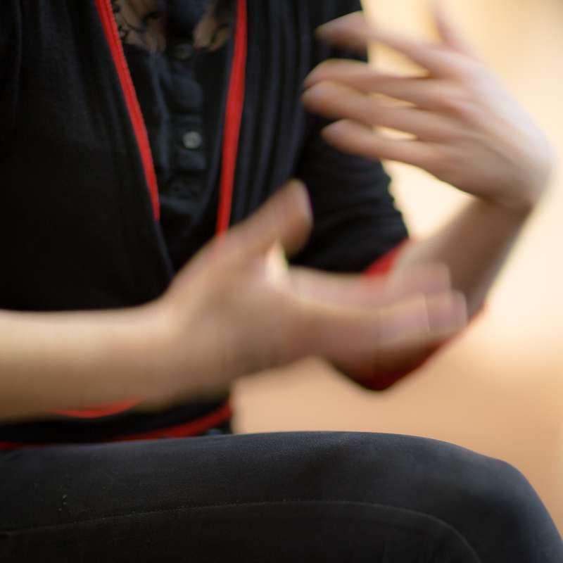 Eva Walker gestikuliert mit ihren Händen.