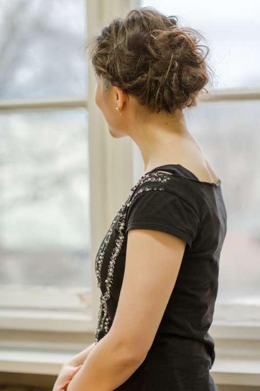 Eva Walker vor einem Fenster in ihrem Atlier in Leipzig Plagwitz