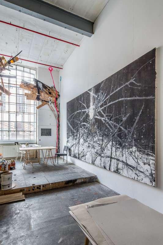 Blick auf den zentralen Bereich des Ateliers, mit Sitzecke im Hintergrund.
