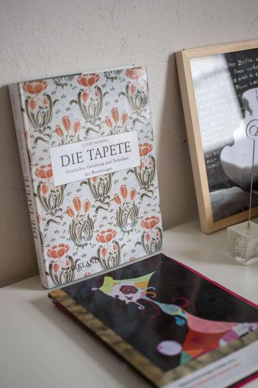 Detailaufnahme eines Buchregals im Büro von Jana Reichenbach-Behnisch.