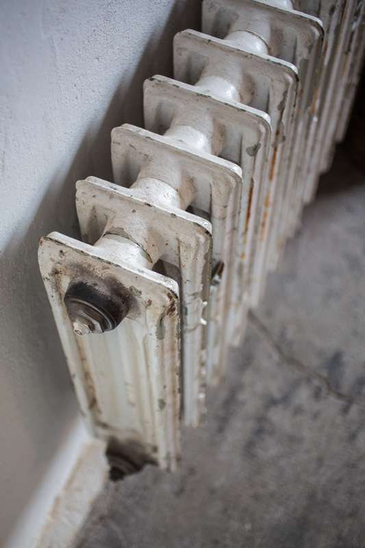 Alte Heizkörper fügen sich perfekt in die behutsam sanierten Räume ein.