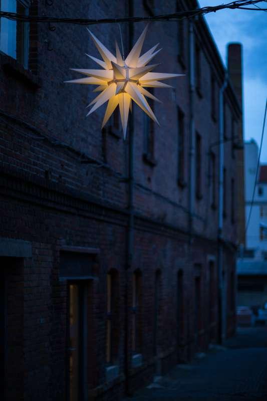 Beleuchteter Weihnachtsstern im Tapetenwerk Leipzig.