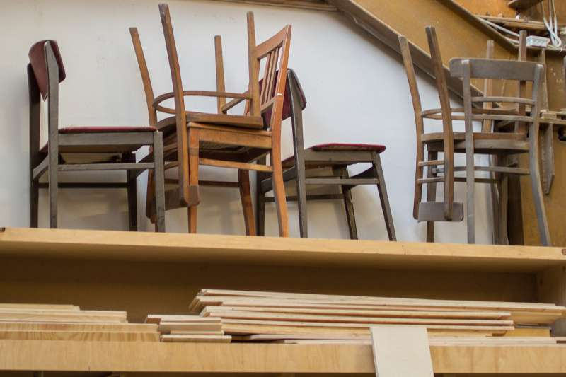 Stühle auf dem Speicher der Tischlerei.