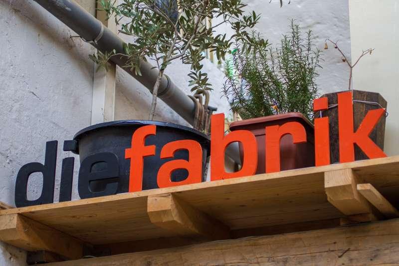 Das Logo von »dieFabrik« in der Patrick Gülzow seine Tischlerei betreibt.