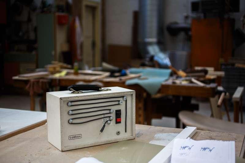 Ein alter Lautsprecher wurde zur Musikanlage umfunktioniert.