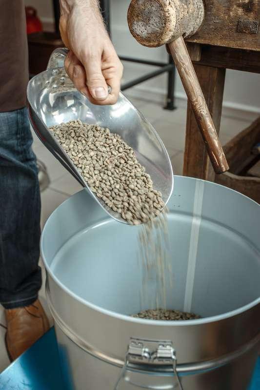 Die Kaffeebohnen werden gewogen.