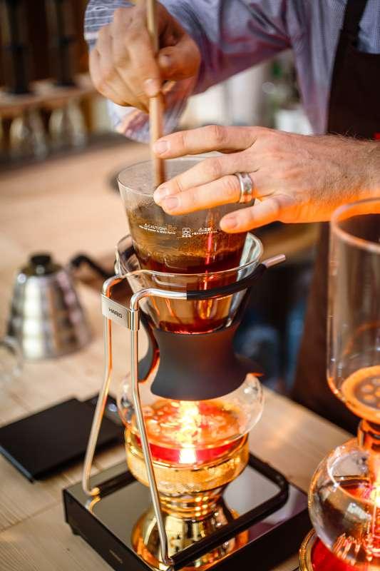 Peter Dorndorf nutzt ein Siphon zum Aufbrühen des Kaffees