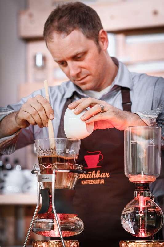 Peter Dorndorf beim Aufbrühen des frisch gemahlenen Kaffees