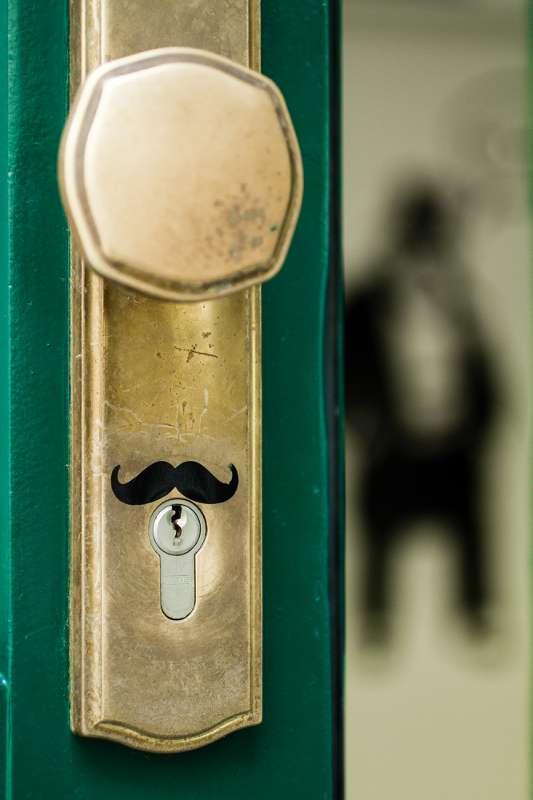 Ein aufgeklebter Schnurbart über dem Schlüsselloch.