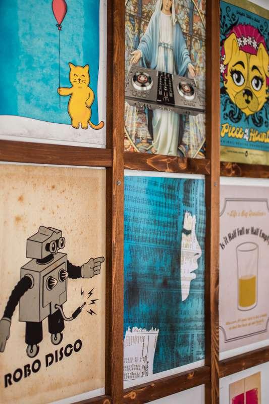 Gerahmte Illustrationen an einer Wand