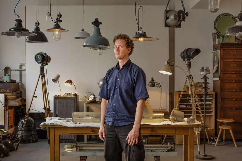 Portraitaufnahme von Wolf Konrad Roscher in seinem Werkraum in Leipzig Lindenau.
