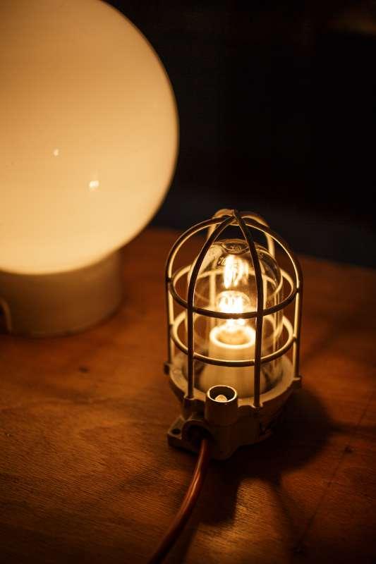 Alte Lampen und Leuchten werden detailgetreu aufgearbeitet.