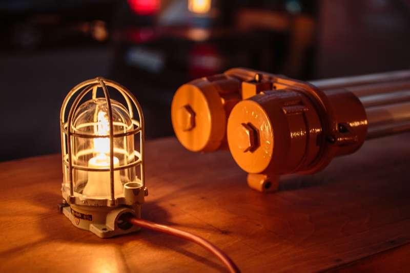 Eine alte Industrielampe beleuchtet den Projektraum von Wolf Konrad Roscher in Leipzig Lindenau.