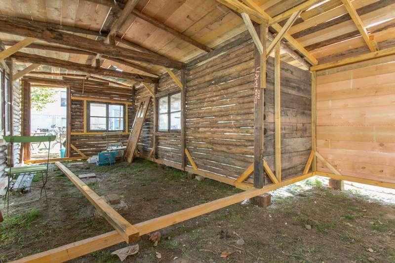 Innenansicht des Rohbaus der Blockhütte in Lindenau.