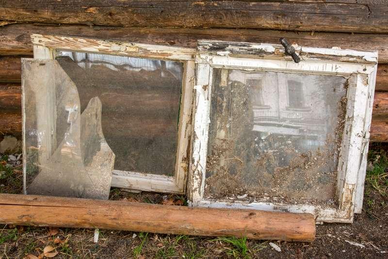 Ein ausrangiertes Fenster vor dem Rohbau der Blockhütte in Leipziger Lindenau.