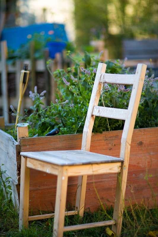 Viele ausgemusterte Stühle werden als Sitzmöglichkeiten benutzt.