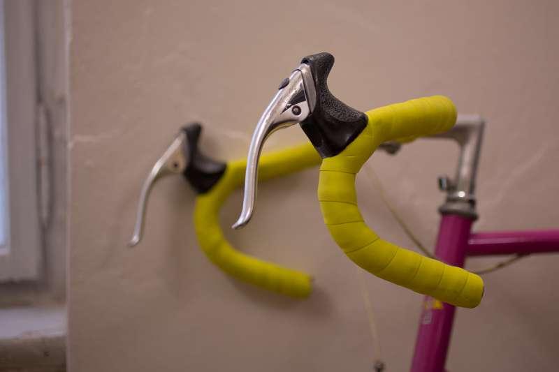 Ein Rennrad steht im Büroraum der Galerie.