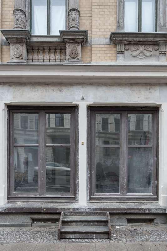 Das Schaufenster der Galerie AundV befindet auf der Lützner Strasse in Leipzig Lindenau.