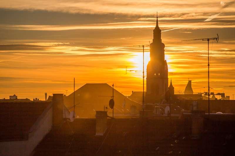 Die Phillipuskirche in Lindenau im Sonnenuntergang.