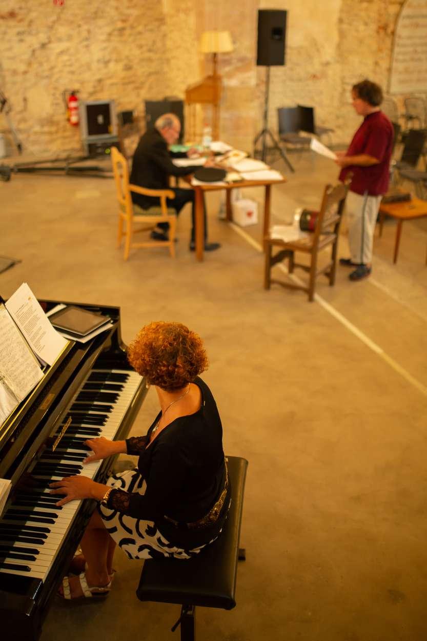 Letzte Abstimmungen zwischen Michael Mendl und Lora Kostina, Pianistin und Komponistin.