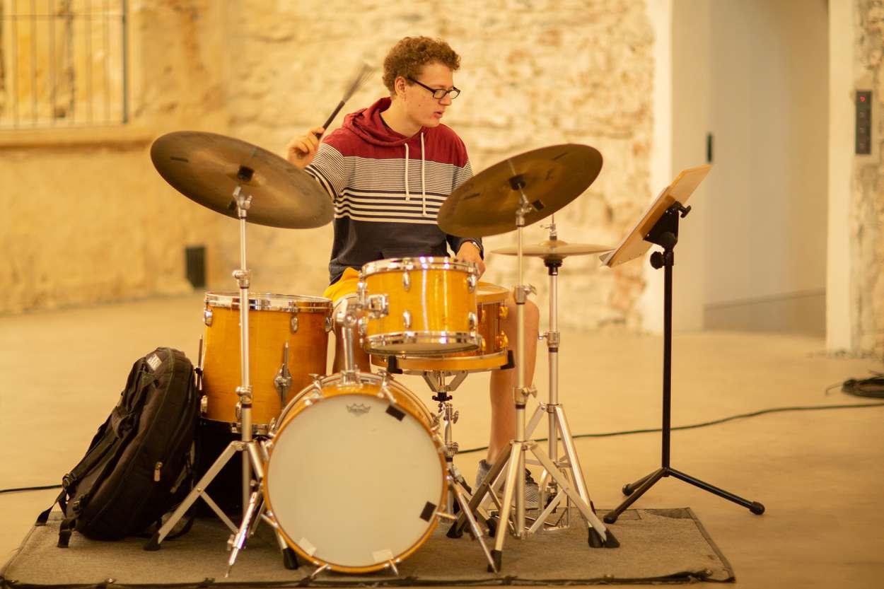 Am Schlagzeug des Lora Kostina Trios sitzt Tom Friedrich.