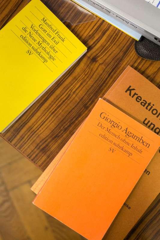 Detailansicht verschiedenenr Bücher in Bertram Haudes Atelier in Lindenau.