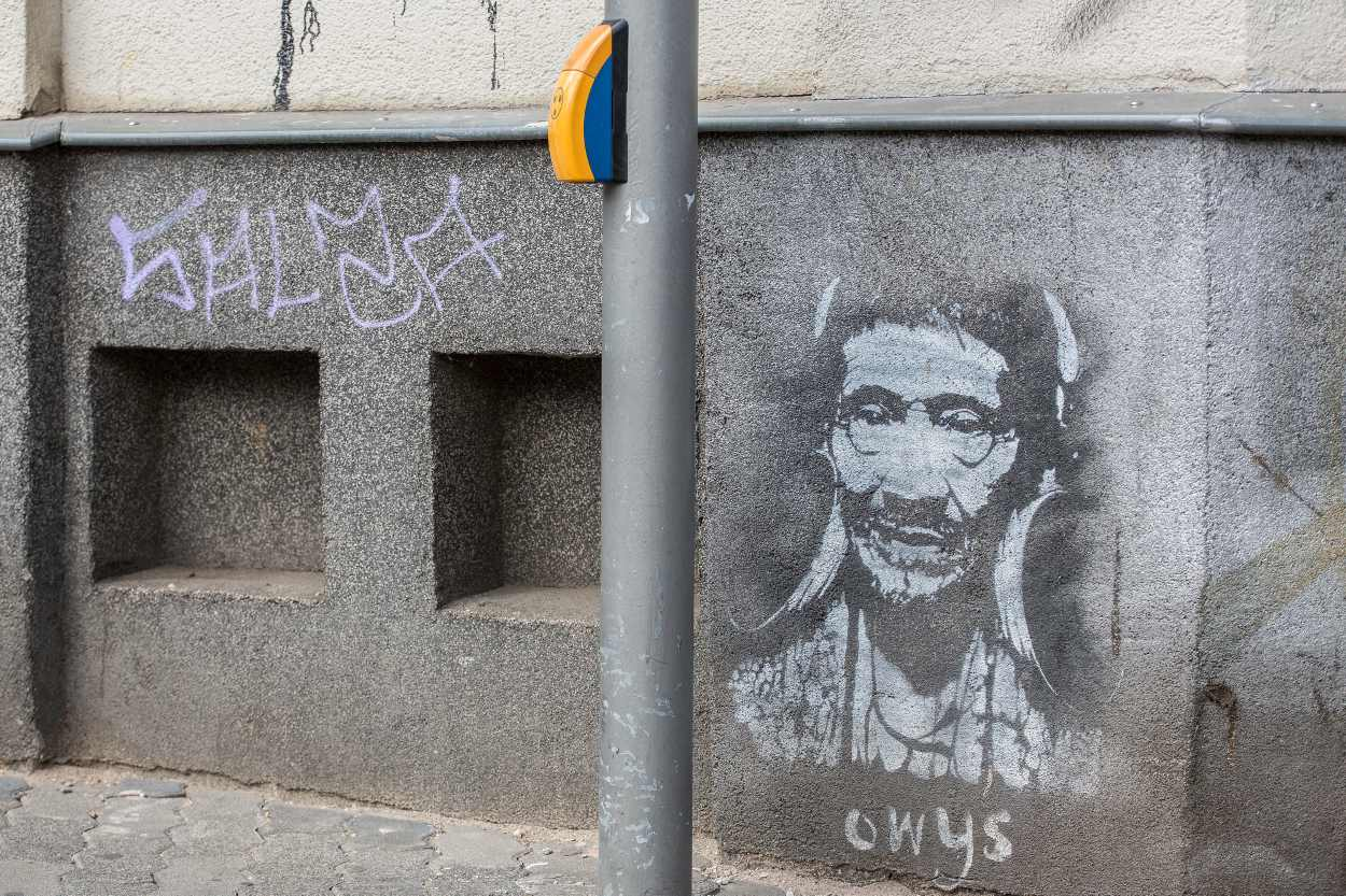 Ein Graffiti eines Indianers vor einer Ampel in der Merseburger Straße.
