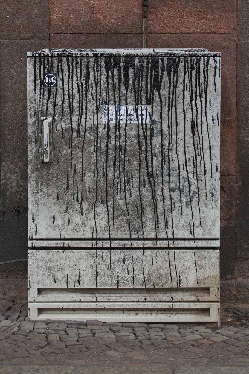 Besprühter Stromkasten in der Merseburger Strasse.