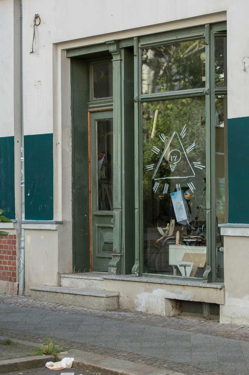 Fassade eines Geschäfts in der Merseburger Strasse in Leipzig.
