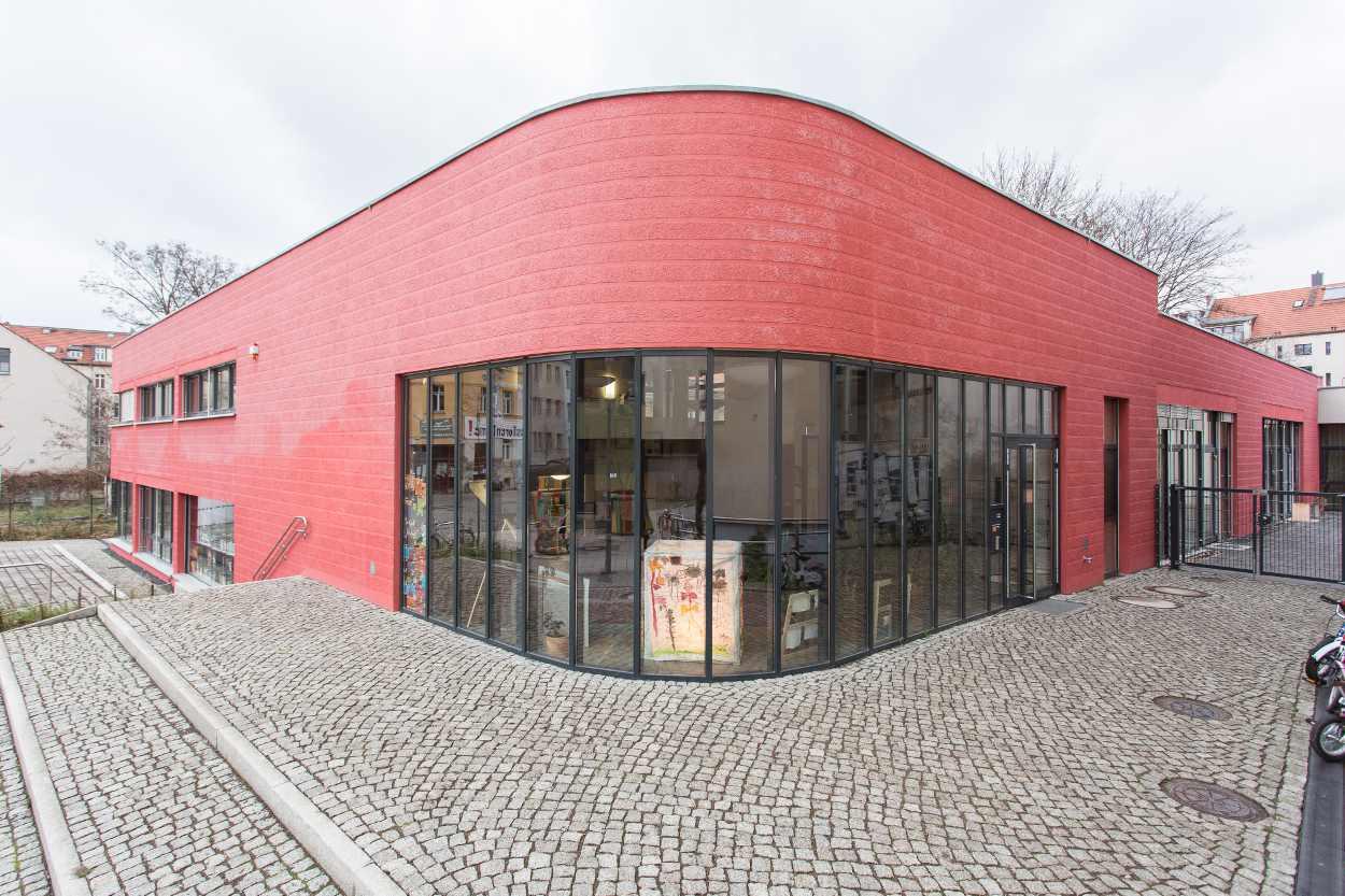Eingang des 2013 eröffneten BuchKindergartens in der Josephstraße. Der Vorplatz des Kindergartens öffnet sich in die verkehrsberuhigten Bereich.