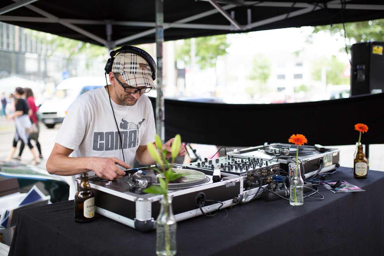 Ein DJ vor seinem Mischpult in der Nähe des Cafe Albert auf dem Bohei Fest in Leipzig.