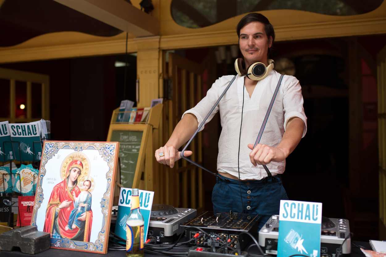 Ein DJ vor seinem Mischpult vor der Schaubühne Lindenfels.