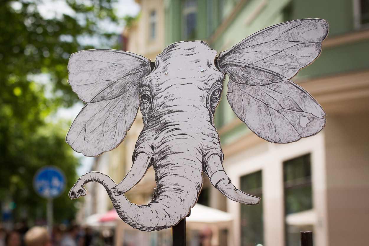 Ein aus Papier ausgeschnittener Kopf eines Elefanten.