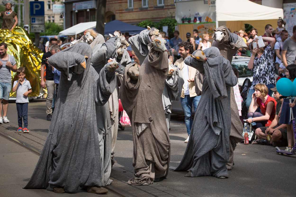 Studierende des Figurentheaters zeigen ihre Performace während des Straßenfestes