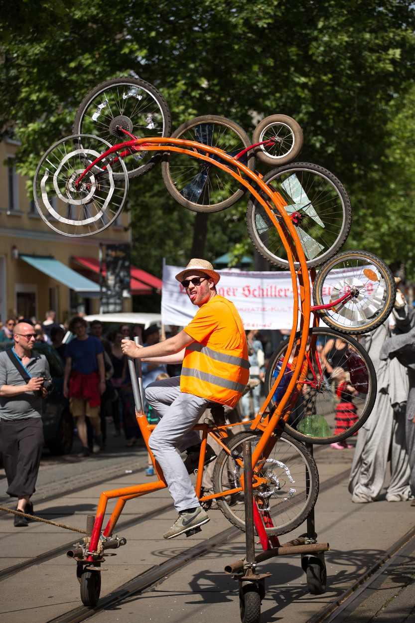 Gewagte Fahrradkonstruktion auf der Parade des Bohei & Tam Tam.