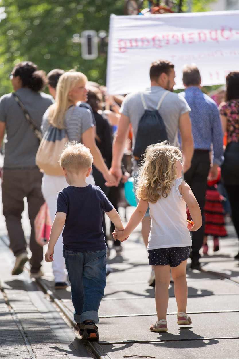 Zwei Kinder gehen Hand in Hand.