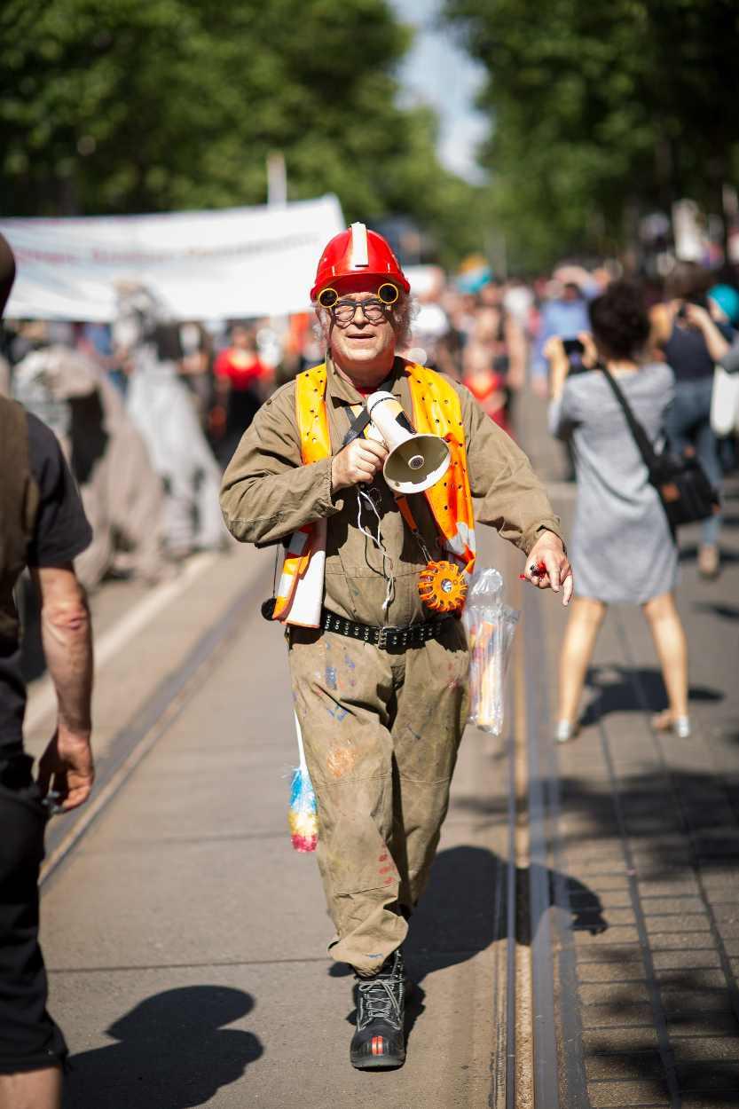 Teilnehmer der großen Parade anlässlich des Bohei & Tam Tam Festes auf der Karl-Heine-Straße.