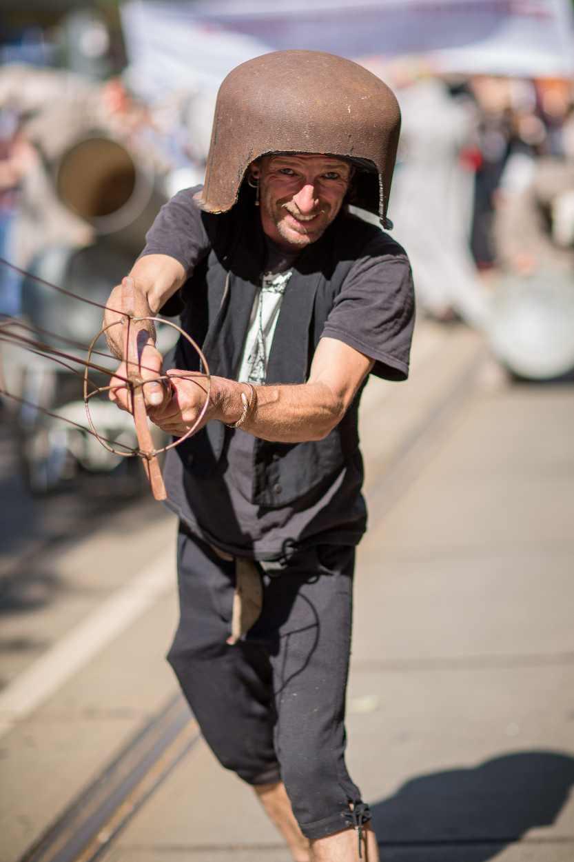Ein Teilnehmer zeigt sich handgeschmiedetes Schwert.