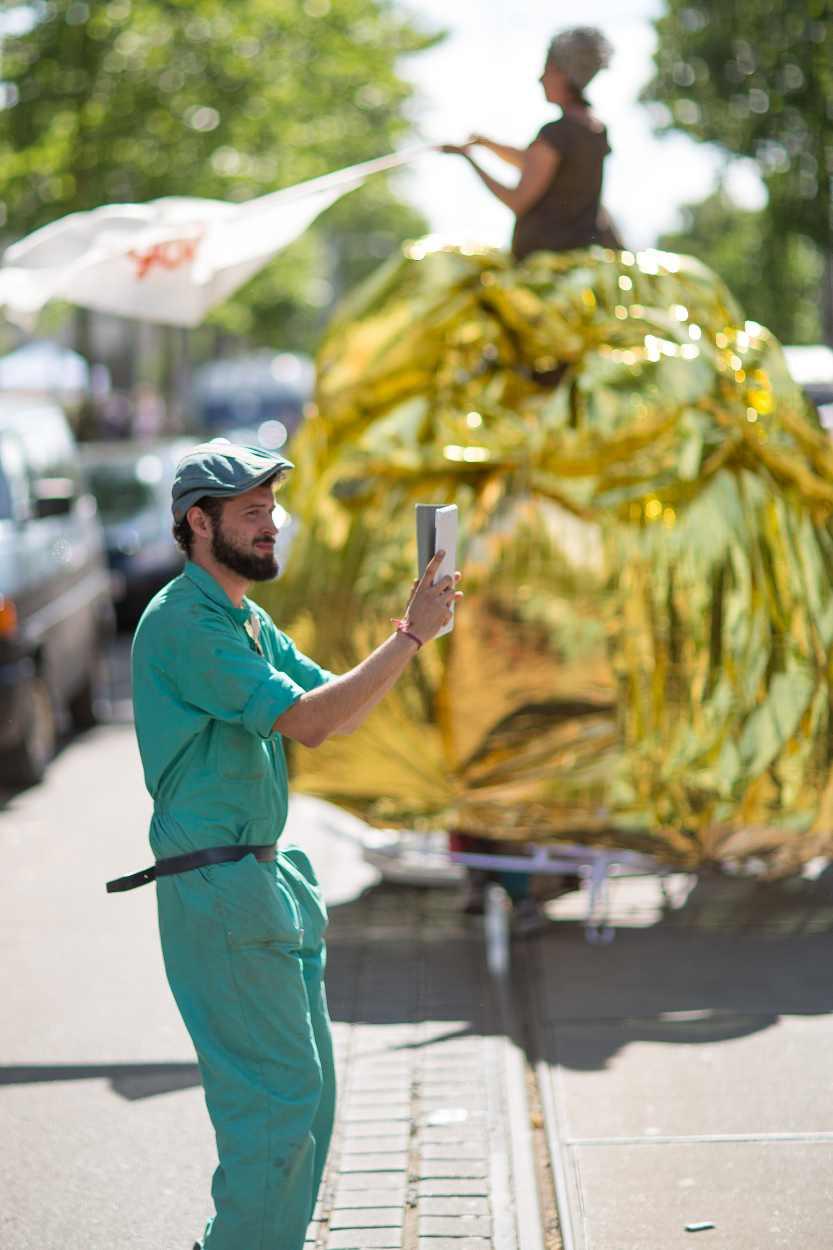 Ein Teilnehmer filmt die Parade des Bohei & Tam Tam.