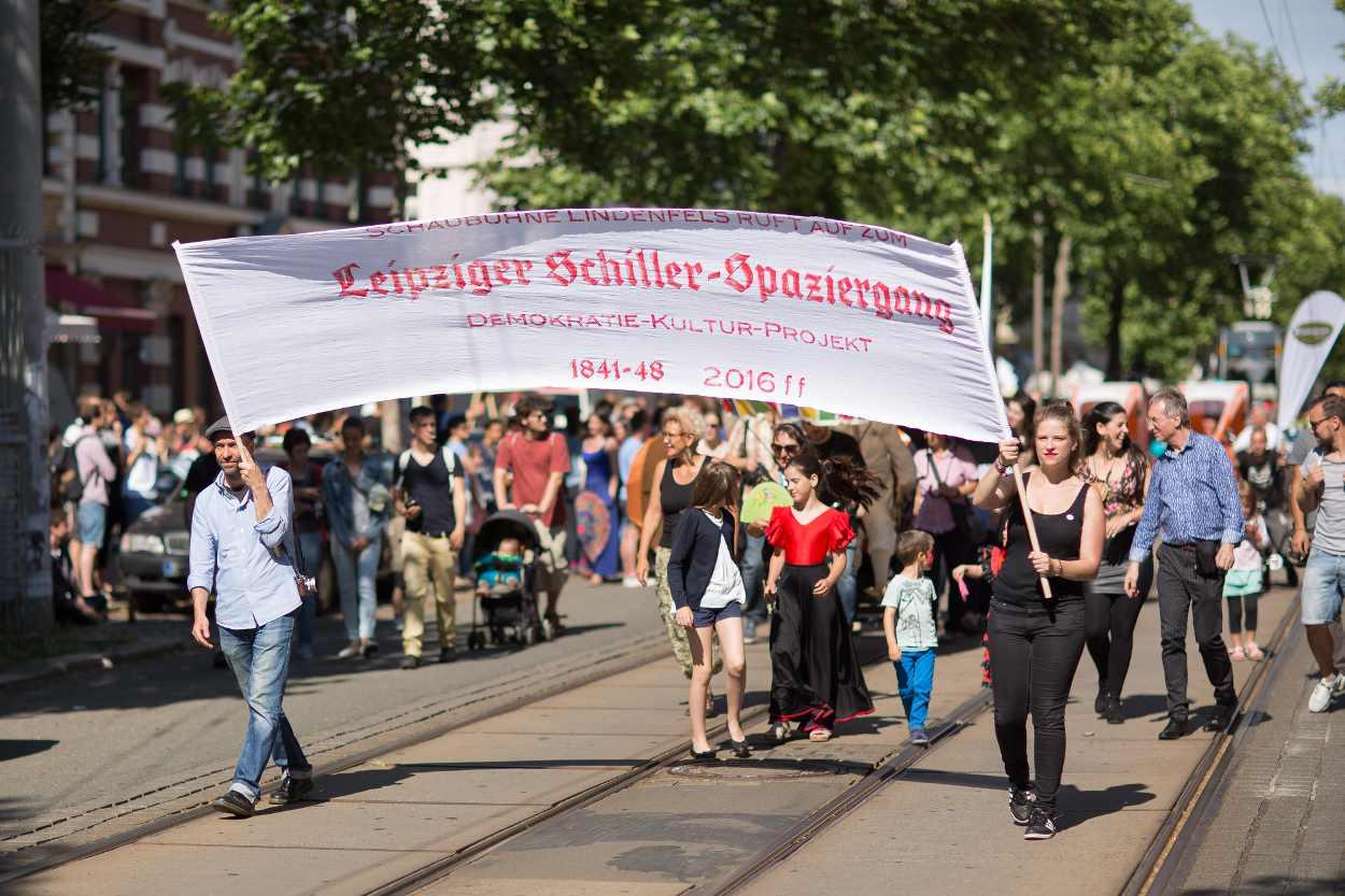 Leipziger Schiller Spaziergang des Demokratie Kultur Projektes, angeführt von René Reinhardt, künstlerischer Leiter des Schaubühne Lindenfels.