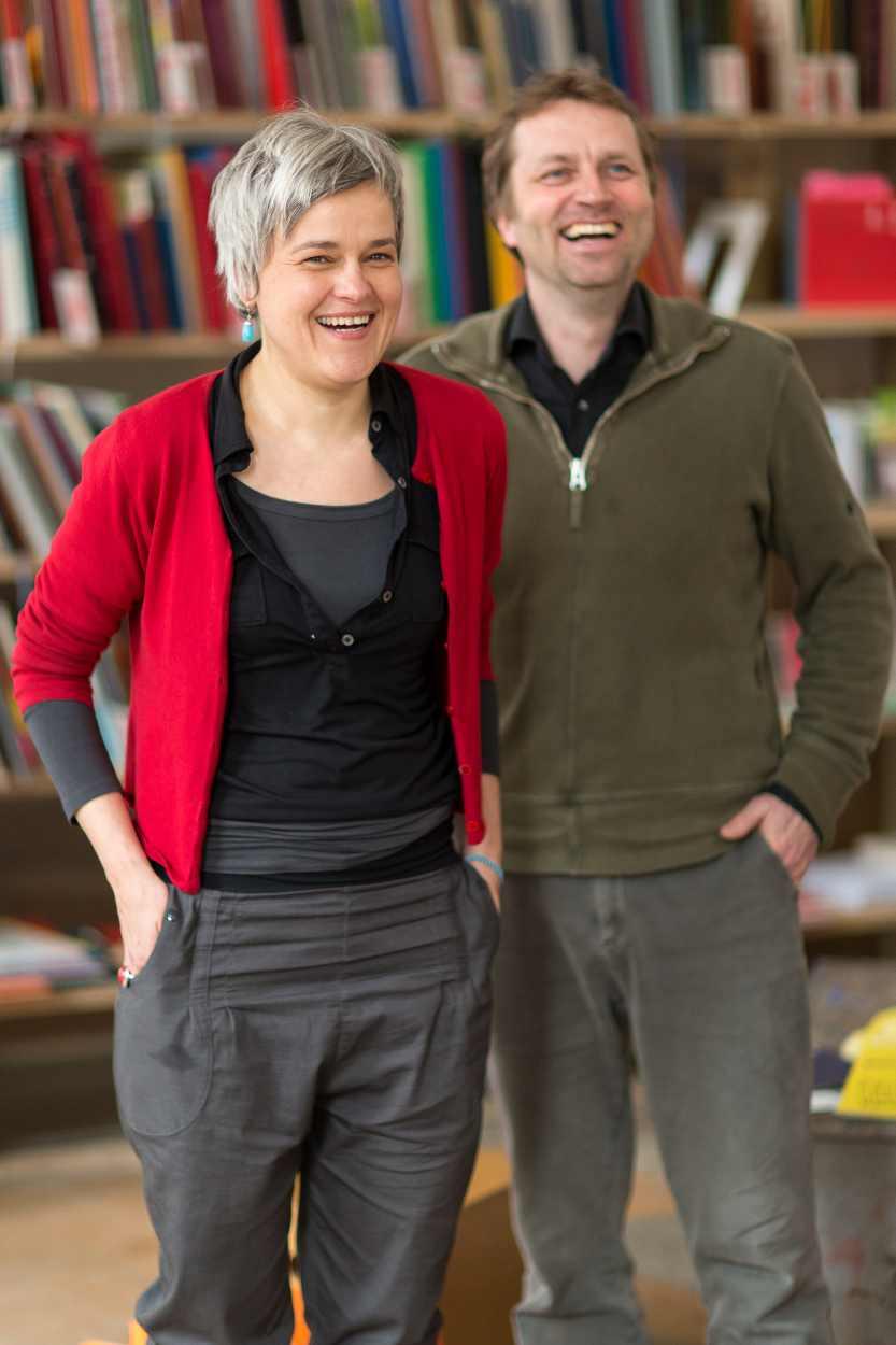 Birgit Schulze-Wehninck und Sven Riemer in der Buchkinderwerkstatt in Leipzig Lindenau.
