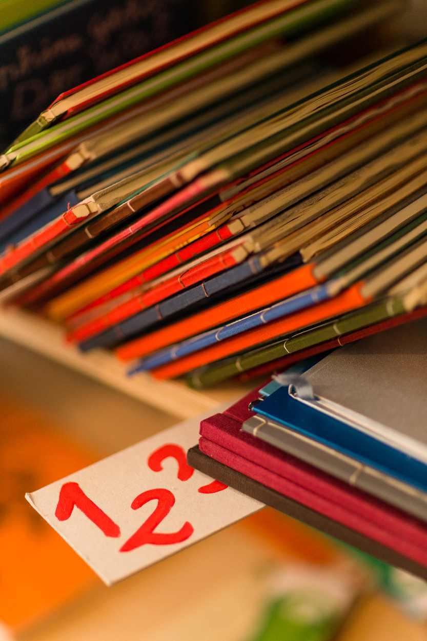 Bücher und Kataloge früherer Produktionen der Buchkinder sind in mehreren Regalen zu finden.