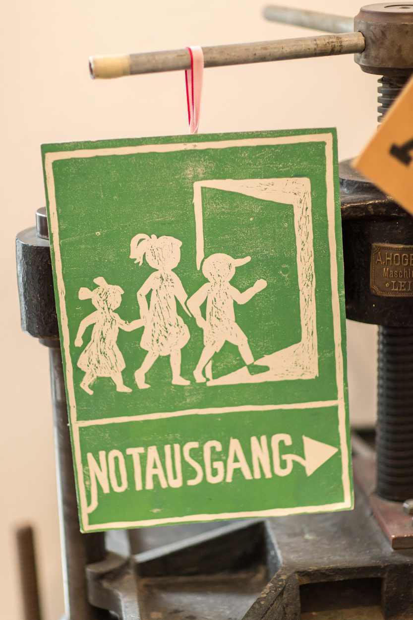 Schild mit dem Titel 'Notausgang' in der Buchkinderwerkstatt in Leipzig Lindenau.