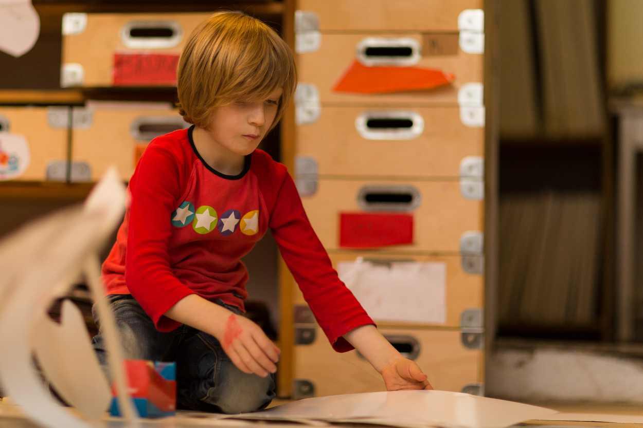 Ein Buchkind arbeitet an seinen Zeichnungen in der Werkstatt der Buchkinder Leipzig.