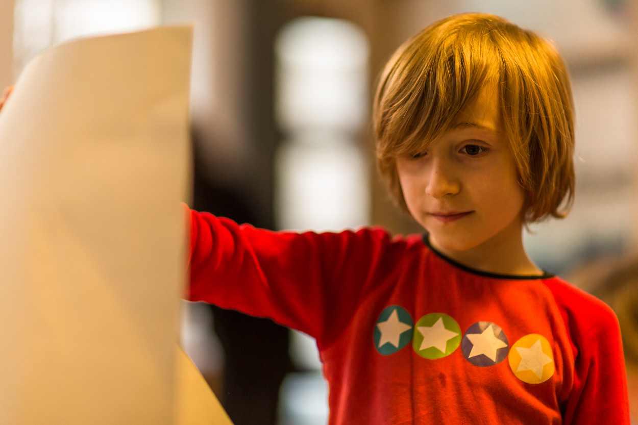 Ein Buchkind betrachtet sein Werk.