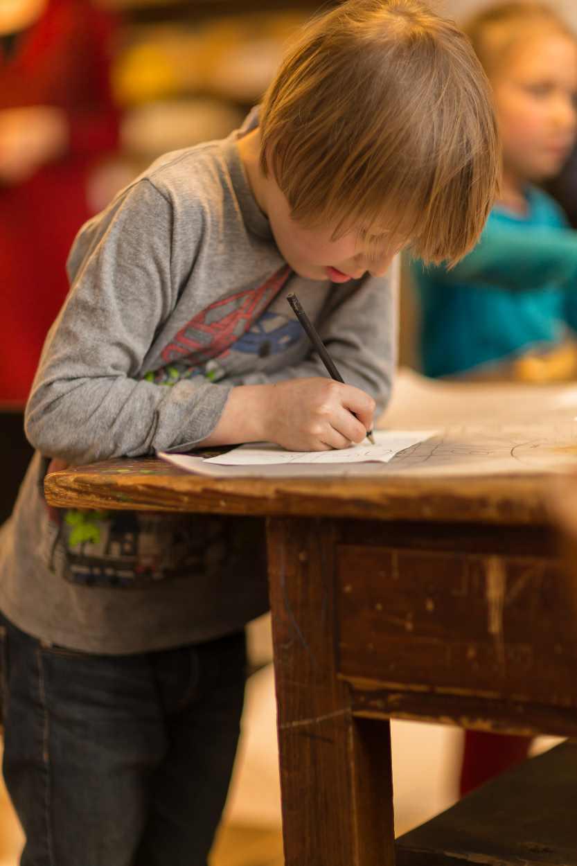 Kreativer Enstehungsprozess am zentralen Holztisch.